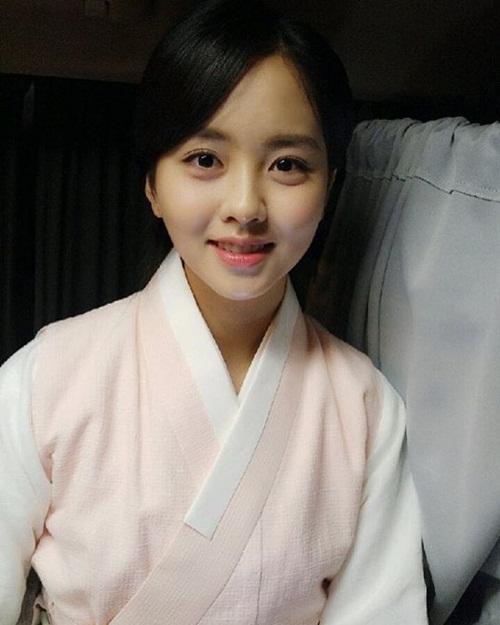 sao-han-24-5-kim-so-hyun-lo-bong-mat-to-song-ji-hyo-lung-tran-goi-cam