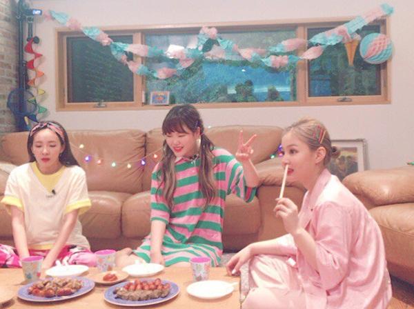 sao-han-24-5-kim-so-hyun-lo-bong-mat-to-song-ji-hyo-lung-tran-goi-cam-5