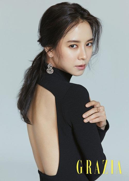 sao-han-24-5-kim-so-hyun-lo-bong-mat-to-song-ji-hyo-lung-tran-goi-cam-1