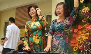 Hiệu trưởng làm DJ trong lễ bế giảng ở Hà Nội