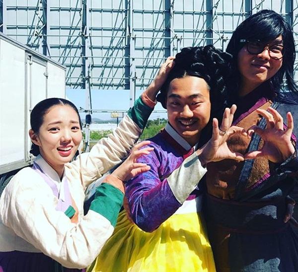 sao-han-24-5-kim-so-hyun-lo-bong-mat-to-song-ji-hyo-lung-tran-goi-cam-7