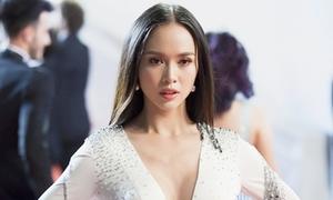 Vũ Ngọc Anh diện váy xẻ ngực bạo, được các tay ảnh săn đón ở Cannes