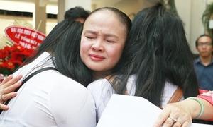 Cô hiệu trưởng ôm hôn từng học trò lớp 12 trong ngày bế giảng