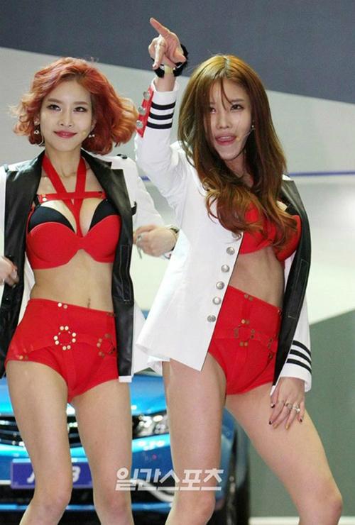 sao-kpop-gay-nhuc-mat-voi-trang-phuc-nhu-noi-y-len-san-khau-7