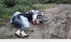 Cô giáo trẻ vùng cao ngã sõng soài trên đường trơn đầy bùn đất