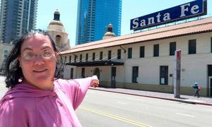 Người phụ nữ 'kết hôn đồng tính' với nhà ga sau 36 năm yêu nhau
