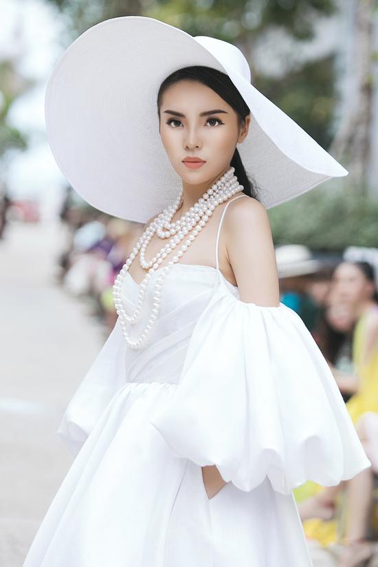 bi-chuot-rut-khi-dang-catwalk-le-thuy-xu-ly-ban-linh-4