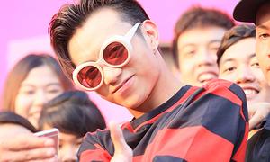 Soobin đeo kính chất lừ 'quẩy' cực sung cùng fan Hà thành