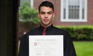 Chàng trai tốt nghiệp ĐH Harvard nhờ cọ rửa toilet, bán quần áo khiến nhiều người rơi nước mắt
