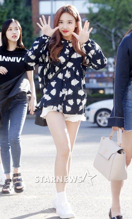 na-yeon-mina-twice-bi-gio-dim-hang-khi-tao-dang-cute