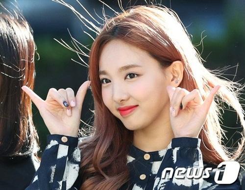 na-yeon-mina-twice-bi-gio-dim-hang-khi-tao-dang-cute-1