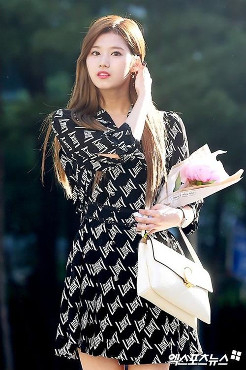 na-yeon-mina-twice-bi-gio-dim-hang-khi-tao-dang-cute-4