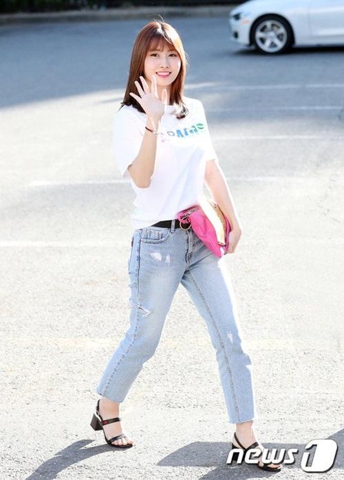na-yeon-mina-twice-bi-gio-dim-hang-khi-tao-dang-cute-8