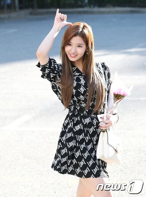 na-yeon-mina-twice-bi-gio-dim-hang-khi-tao-dang-cute-5