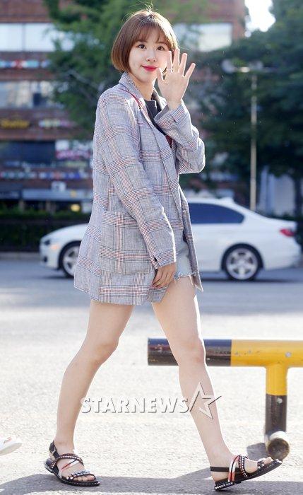 na-yeon-mina-twice-bi-gio-dim-hang-khi-tao-dang-cute-11