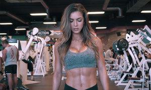 Hot girl phòng gym nổi tiếng với thân hình 'đồng hồ cát'
