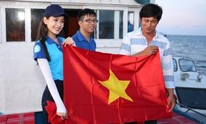 Chi Pu háo hức tặng cờ Tổ quốc cho ngư dân đảo xa