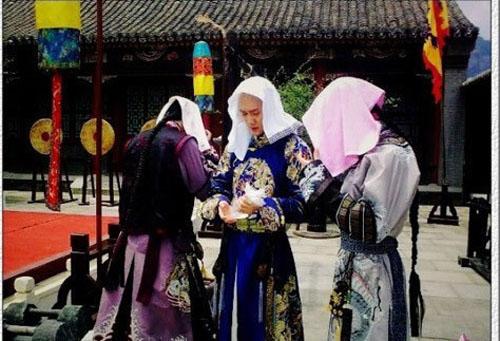 sao phim co trang khon kho vi nong the nay ma van phai mac hinh anh 12