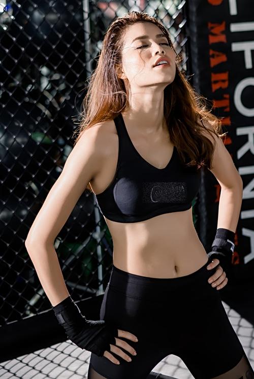 pham-huong-khoe-than-hinh-boc-lua-trong-phong-gym-6