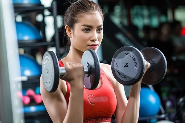 pham-huong-khoe-than-hinh-boc-lua-trong-phong-gym-3