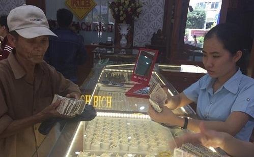 cha-ngheo-mang-nhieu-coc-tien-le-mua-vang-lam-cua-hoi-mon-cho-con-gai-4