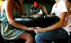 Đĩa cơm, cốc nước mía chia đôi trong ngày đầu hẹn hò