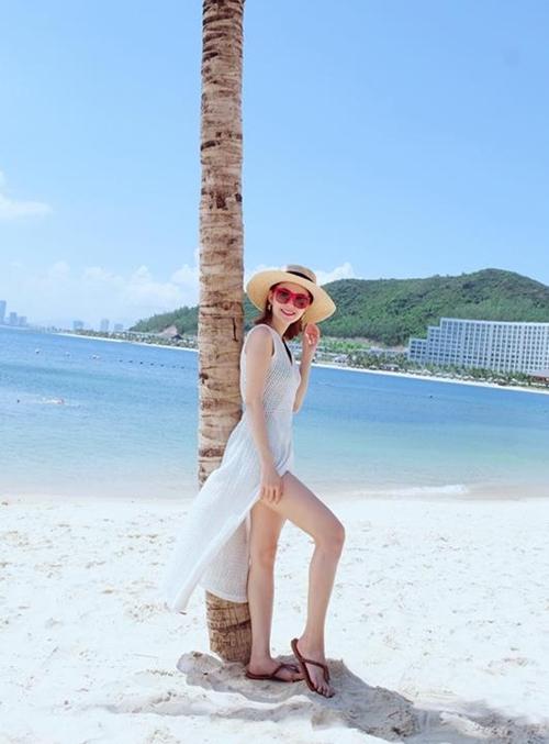 sao-viet-thoi-bay-nang-nong-bang-bikini-dot-mat-4