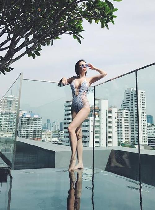 sao-viet-thoi-bay-nang-nong-bang-bikini-dot-mat