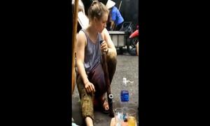 Cô gái Tây hút thuốc lào say ngất ngây trên phố Hà Nội