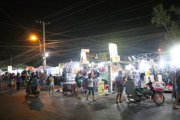 Có một khu vực bán đầy đủ các đồ dùng từ quần áo, giày dép, chăn mền, tới các loại mỹ phẩm, phụ kiện điện tử rộng lớn ở khu vực làng đại học Thủ Đức TP HCM mà từ nhiều năm nhiều người vẫn gọi là chợ sinh viên.