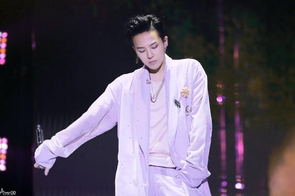 6-idol-kpop-cang-noi-tieng-cang-cam-thay-co-don-2