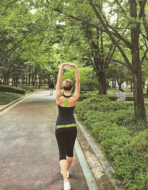 sao-han-13-6-dara-khoe-chan-thon-nuot-kim-ji-won-ngu-gat-sieu-cute-5