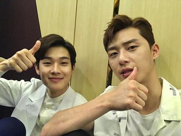 sao-han-13-6-dara-khoe-chan-thon-nuot-kim-ji-won-ngu-gat-sieu-cute-2