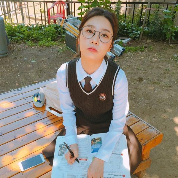 sao-han-13-6-dara-khoe-chan-thon-nuot-kim-ji-won-ngu-gat-sieu-cute-2-6