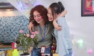 Hé lộ cảnh Lan Ngọc - Chi Pu kề vai, bá cổ trong 'She was pretty' bản Việt