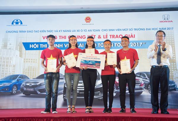 Đội thi đại diện cho Đại học Kinh tế và Quản trị kinh doanh Thái Nguyên nhận giải nhất hội thi.