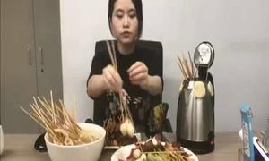 Thánh nữ công sở nấu cả bàn thức ăn bằng ấm điện siêu tốc