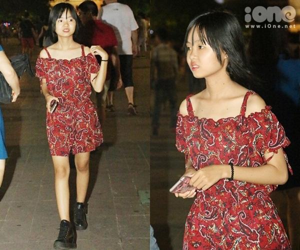 teen-girl-sai-thanh-khoe-chan-thon-dao-pho-dem-3