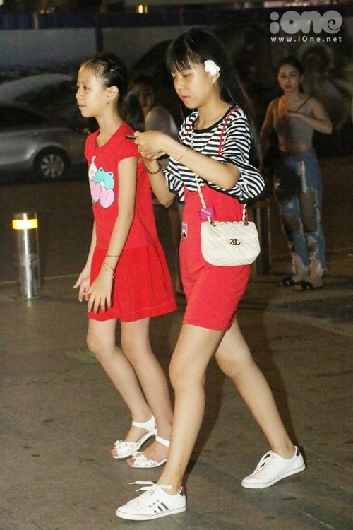 teen-girl-sai-thanh-khoe-chan-thon-dao-pho-dem-5