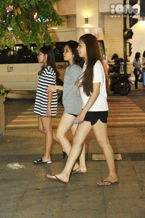 teen-girl-sai-thanh-khoe-chan-thon-dao-pho-dem-6