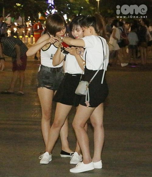 teen-girl-sai-thanh-khoe-chan-thon-dao-pho-dem-7