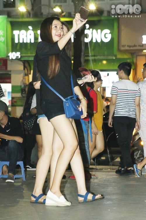 teen-girl-sai-thanh-khoe-chan-thon-dao-pho-dem-1