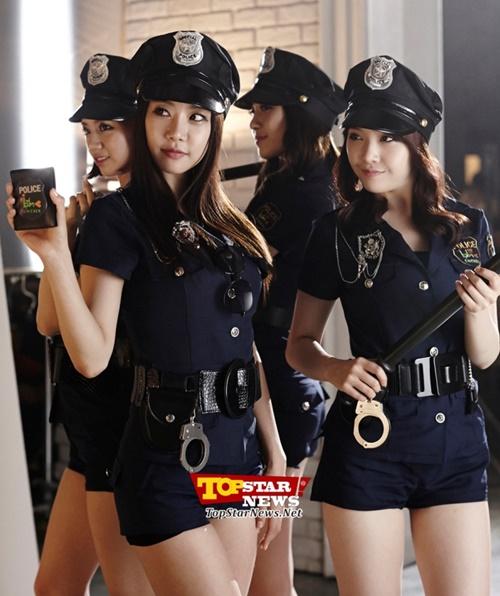 fan-boy-se-tinh-nguyen-bi-cong-tay-neu-nhung-my-nhan-kpop-nay-la-canh-sat-3