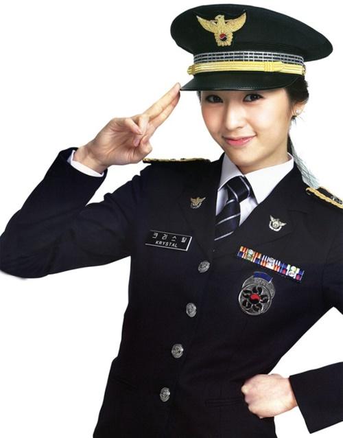 fan-boy-se-tinh-nguyen-bi-cong-tay-neu-nhung-my-nhan-kpop-nay-la-canh-sat-5