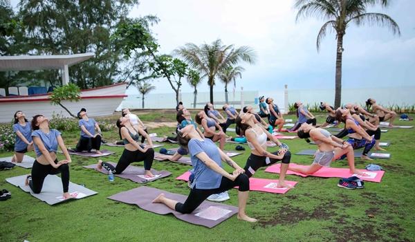 mai-ngo-jun-vu-thich-thu-luyen-yoga-tren-mat-nuoc-2