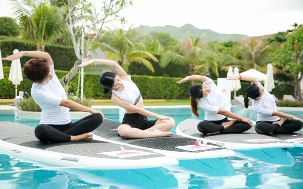 mai-ngo-jun-vu-thich-thu-luyen-yoga-tren-mat-nuoc-4
