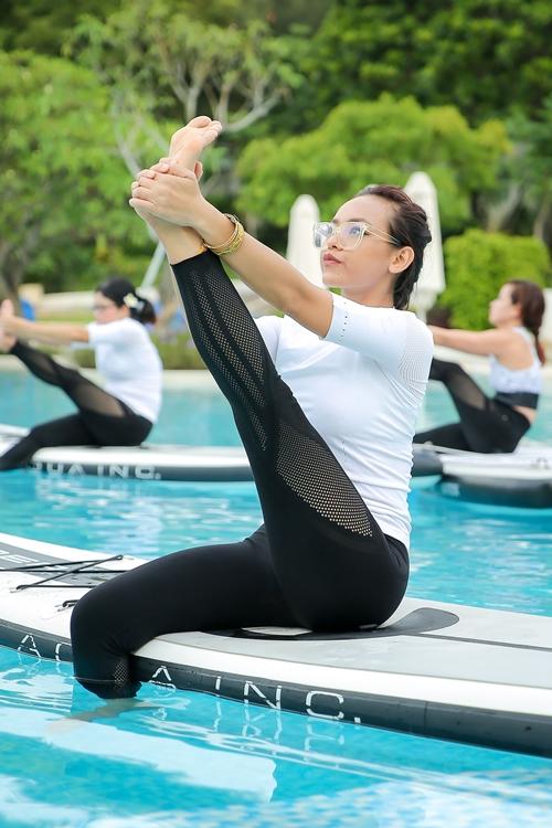 mai-ngo-jun-vu-thich-thu-luyen-yoga-tren-mat-nuoc-5