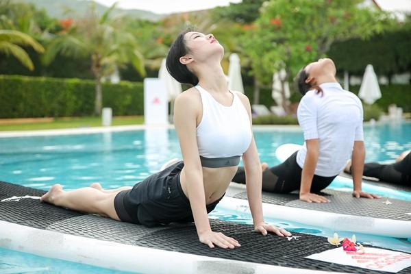 mai-ngo-jun-vu-thich-thu-luyen-yoga-tren-mat-nuoc-6