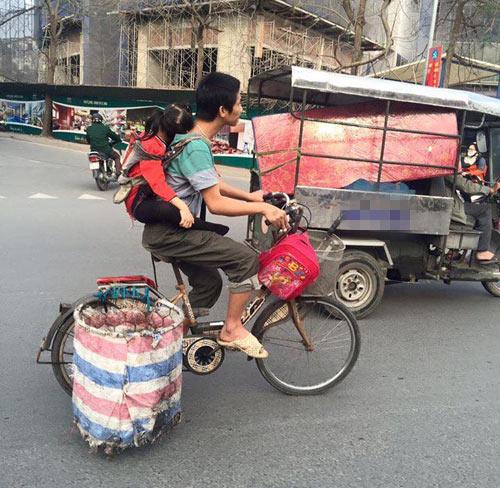Hình ảnh người cha địu con đi nhặt rác gây xúc động mạnh (ảnh: Facebook)