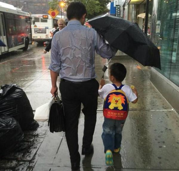 Bức ảnh người bố nhường ô cho con gây xúc động.